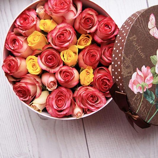 Букет из роз в круглой коробке
